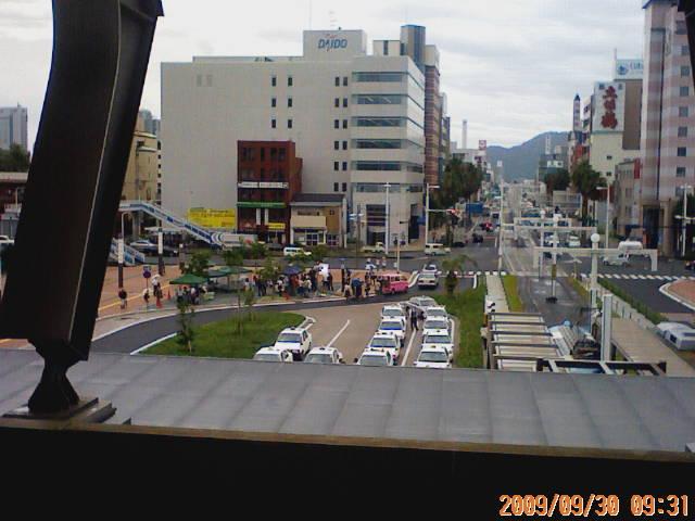 高知駅前でロケをしている